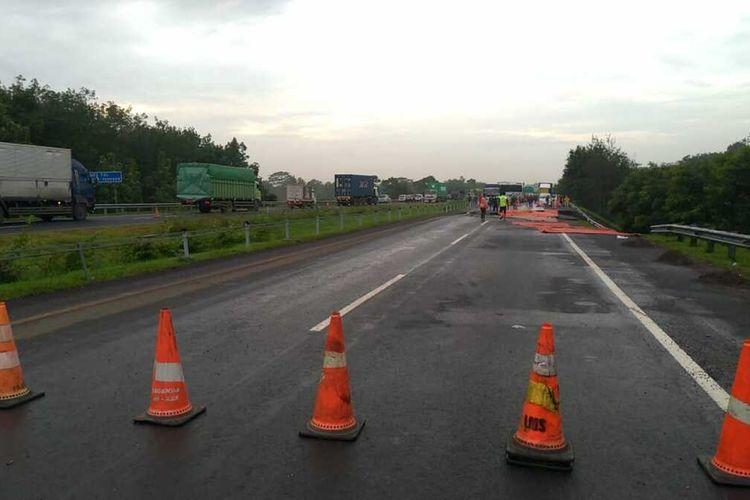 Jalan amblas terjadi di KM 122 +400 arah Jakarta Tol Cikopo-Palimanan (Cipali), Selasa (9/2/2021). Akibatnya, jalur tersebut tak bisa dilewati kendaraan.