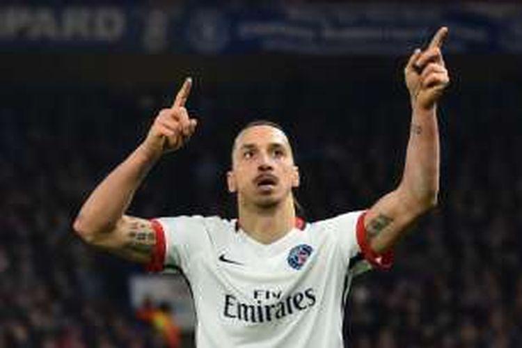 Selebrasi penyerang Paris Saint-Germain, Zlatan Ibrahimovic, seusai membobol gawang Chelsea, pada pertandingan leg kedua babak 16 besar Liga Champions di Stamford Bridge, Rabu (9/3/2016).