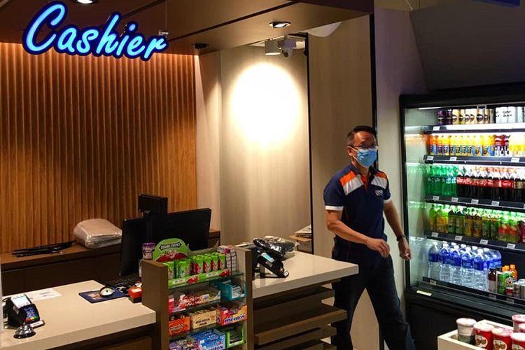 Di tengah meningkatnya kasus pandemi corona di Singapura, seorang karyawan NUS CO-OP terlihat memakai masker, Kamis siang (26/3/2020). NUS CO-OP adalah koperasi dan toko buku yang berlokasi di National University of Singapore, Singapura Barat.