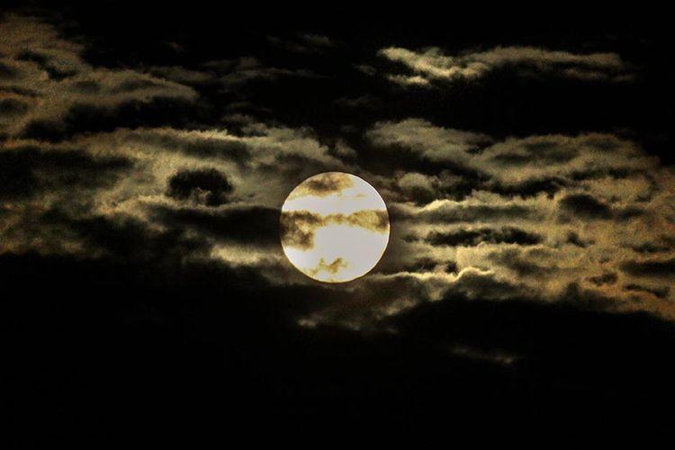 Fenomena Bulan Supermoon yang juga disebut sebagai super pink moon menghiasi langit Kota Lhokseumawe, Aceh, Rabu (8/4/2020) dini hari. Astronom Indonesia menyebutkan, fenomena supermoon dimana bulan 14 persen lebih besar dan 30 persen lebih terang dari biasanya itu terjadi saat bulan berada pada titik perige terdekat sekitar 356,909 kilometer dari Bumi dan merupakan supermoon terbesar sepanjanb 2020, sekitar 9 jam setelah Bulan berada di perigee disusul bulan purnama Pink Moon, Egg Moon, dan Grass Moon di negara-negara empat musim.