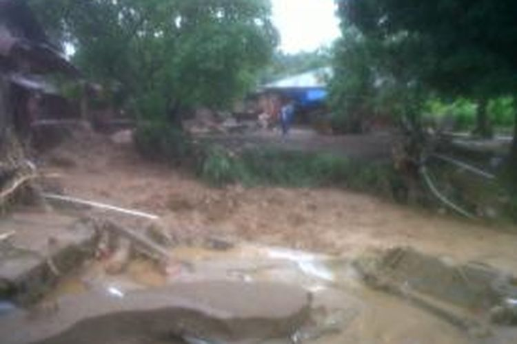 Cuaca buruk membuat Sulawesi Utara darurat bencana. Banjir dan tanah longsor terjadi hampir di semua wilayah.