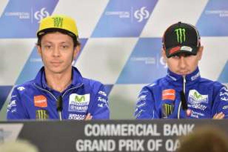 Pebalap Movistar Yamaha, Valentino Rossi (kiri) dan Jorge Lorenzo, menghadiri konferensi pers jelang GP Qatar di Sirkuit Losail, Rabu (16/3/2016).