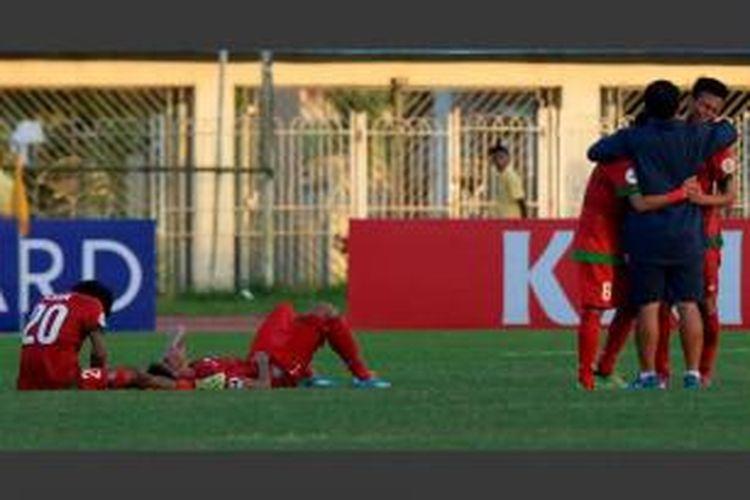Pelatih Timnas Indonesia Indra Sjafri menenangkan pemain yang larut dalam kesedihan setelah dikalahkan Australia dalam turnamen Piala AFC U-19 di Stadion Thuwunna, Yangon, Minggu (12/10/2014). Sebelumnya Indonesia menyerah 1-3 dari Iran pada pertandingan pertama.