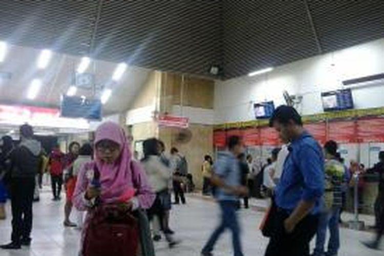 Suasana Stasiun Tanah Abang, Jakarta Pusat. Penumpang menunggu commuter line berjalan normal, Kamis (5/3/2015) petang.