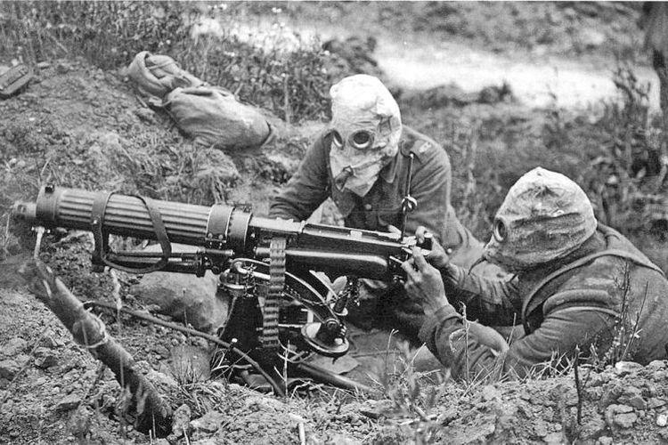 Sejak Perang Dunia I senjata kimia sudah digunakan. Sebagai upaya menangkal efek senjata kimia, para prajurit yang bertempur harus mengenakan masker khusus.
