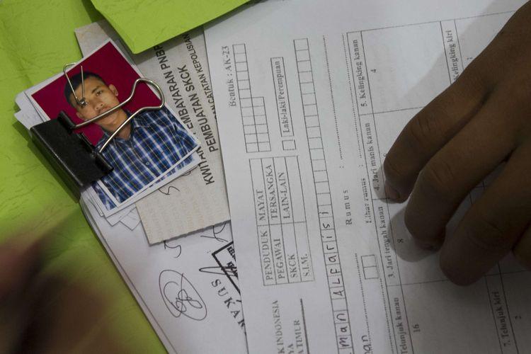 Petugas melayani warga yang ingin membuat Surat Keterangan Catatan Kepolisian (SKCK), Kecamatan Jatinegara, Jakarta Timur, Jumat (15/11/2019). Sejak pendaftaran calon pegawai negeri sipil (CPNS) dibuka, pemohon surat keterangan catatan kepolisian (SKCK) di Mapolres Metro Jakarta Timur meningkat.
