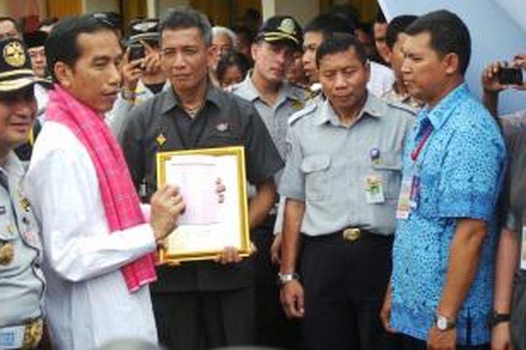 Gubernur DKI Joko Widodo memberikan penghargaan bagi salah satu pengemudi transportasi umum teladan di Jakarta.
