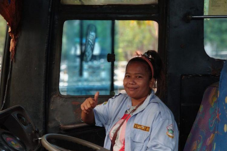 Lia Yuliana, sopir wanita bus jurusan Kampung Rambutan-Lebak Bulus. Foto diambil Rabu (6/6/2018).