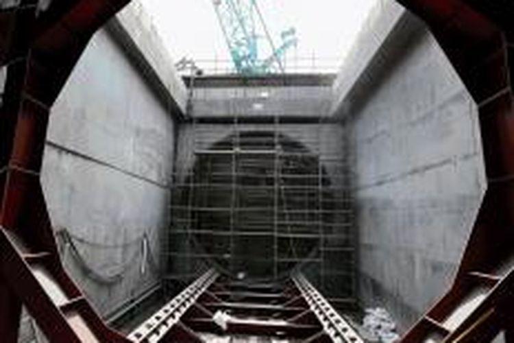 Pekerja mempersiapkan landasan bagi mesin bor terowongan untuk pembangunan jalur kereta cepat massal yang akan dilakukan mulai dari Bundaran Senayan, Jakarta, Kamis (6/8/2015)