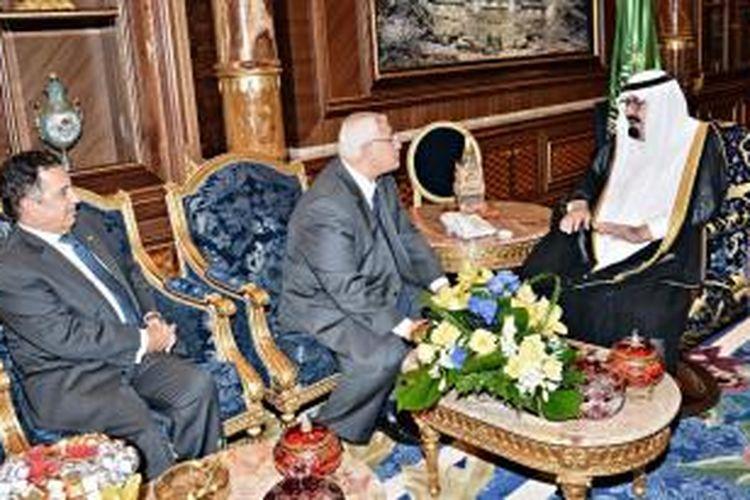 Raja Arab Saudi Abdullah saat tengah melakukan pembicaraan dengan Presiden interim Mesir Adly Mansour dan Menlu Nabil Fahmy di kota Jeddah, Senin (7/10/2013).
