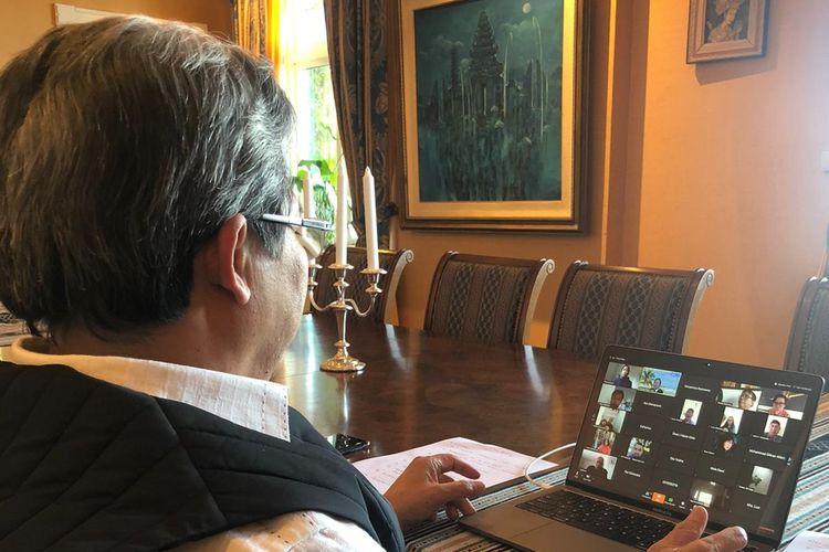 Duta Besar Luar Biasa Berkuasa Penuh (LBPP) Todung Mulya Lubis saat memhuka konferensi video silaturahmi online WNI di Norwegia dan Islandia.