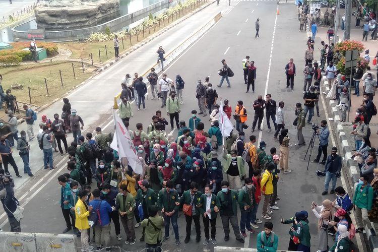 Puluhan massa BEM SI menggelar aksi demo di kawasan Patung Kuda, Jakarta Pusat, Jumat (16/10/2020)