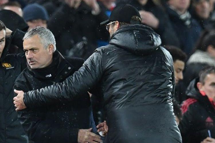 Jose Mourinho dan Juergen Klopp bersalaman seusai laga Liverpool vs Manchester United pada pertandingan pekan ke-17 Liga Inggris di Stadion Anfield, 16 Desember 2018.