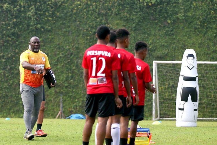 Pelatih Persipura Jayapura, Jacksen F. Tiago saat memimpin Training Center (TC) untuk persiapan liga musim 2020 di Lapangan Agrokusuma Batu, Jawa Timur, Senin (27/01/2020) pagi.
