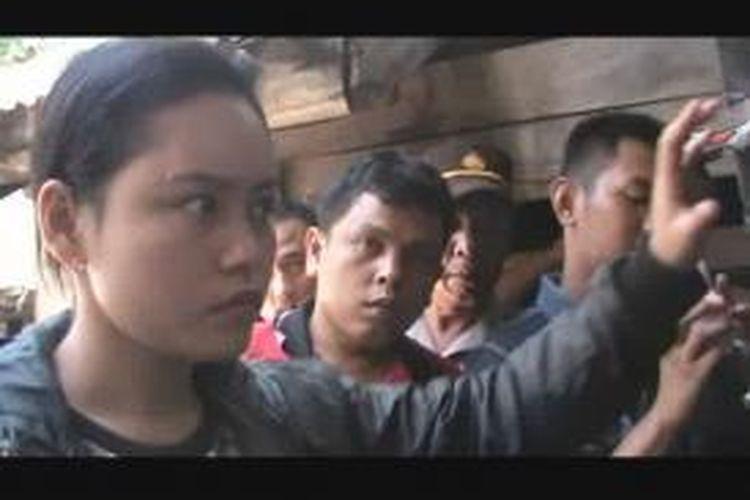 Anggi boru Nasution, korban selamat dalam pembantaian 23 November 2014 lalu mengikuti reka ulang di rumah nenek mereka di Jalan Sudirman, Pematangsiantar, Sumatera Utara, Selasa (24/2/2015).