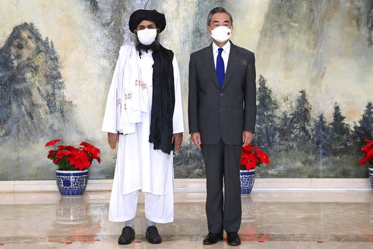 Dalam foto yang dirilis oleh Kantor Berita Xinhua China ini, salah satu pendiri Taliban Mullah Abdul Ghani Baradar, kiri, dan Menteri Luar Negeri China Wang Yi berpose untuk foto selama pertemuan mereka di Tianjin, China, Rabu, 28 Juli 2021.