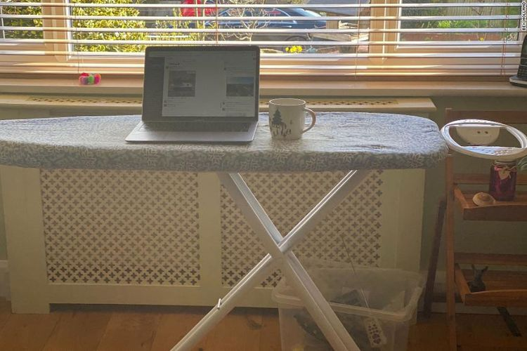 Banyak orang jadi kreatif menyulap ruangan di rumah jadi meja kerja selama kebijakan work from home.