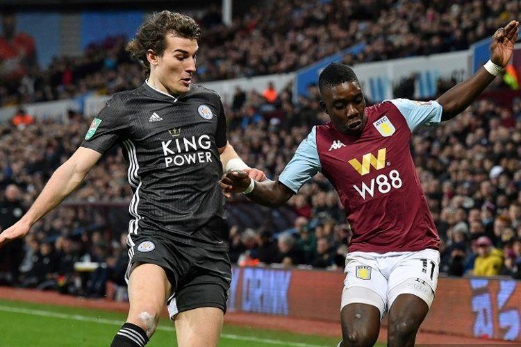 Bek Turki Leicester City Caglar Soyuncu (kiri) bersaing dengan gelandang Aston Villa Zimbabwe Marvelous Nakamba selama pertandingan sepak bola leg kedua semifinal Liga Inggris antara Aston Villa dan Leicester City di Villa Park di Birmingham, Inggris tengah pada 28 Januari 2020.