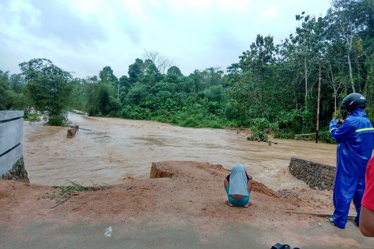 Jembatan menuju Desa Ratanaya dan Talo di Kecamatan Taliabu Barat, Kabupaten Pulau Taliabu, Maluku Utara rusak parah akibat banjir, Jumat (25/8/2017).