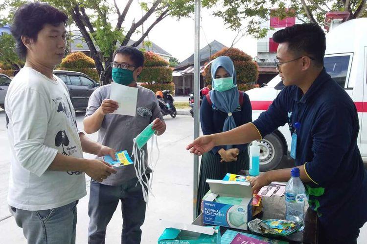 Salah satu perawat di Posko Kesehatan yang berada di pantai Piawang, Ranai memberikan masker gratis kepada masyarakat Natuna sekaligus memberikan edukasi cara mencuci tangan dengan benar, Jumat (7/2/2020).