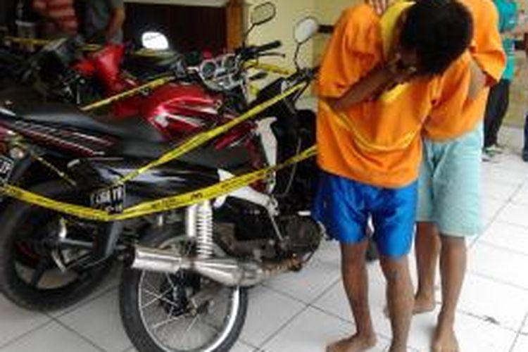 Nov dan Han. Dua pelajar kelas dua sebuah SMK di Balikpapan, Kaltim, terlibat aksi mencuri motor. Menurut pengakuannya, motor dipakai sendiri. Modus, mengambil motor yang lupa dikunci, atau motor-motor tua yang kuncinya biasanya telah aus.