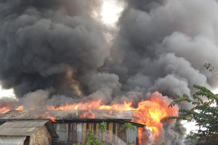 Kebakaran terjadi di permukiman yang berdempet di Rorotan, Cilincing, Jakarta Utara, Jumat (10/7/2020)