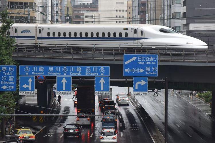 Kereta cepat Jepang, Shinkansen melintas di atas kota Tokyo. Moda transportasi tersebut terkenal di Jepang karena kecepatan dan ketepatan waktunya.