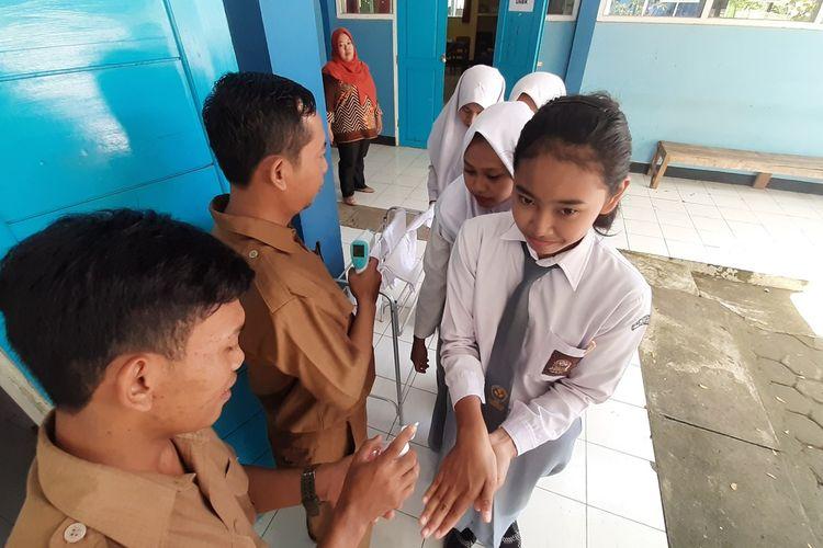 Pelajar SMK Kesehatan Wonosari, Gunungkidul, diperiksa Suhu Tubuh dan Cuci Tangan Sebelum Mengikuti UNBK Senin (16/3/2020)