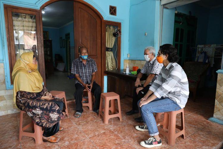 Gubernur Jawa Tengah Ganjar Pranowo bersama sang anak, Muhammad Zinedine Alam Ganjar saat bertandang ke rumah indekos semasa kuliah di Desa Sorosutan, Umbulharjo, DIY.