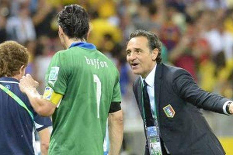 Pelatih Italia, Cesare Prandelli (kanan), memberikan instruksi kepada para pemainnya, termasuk penjaga gawang Gianluigi Buffon, usai waktu normal 2x45 menit di semifinal Piala Konfederasi, Kamis (27/6/2013) atau Jumat dini hari WIB. Italia kalah adu penalti 6-7 dari Spanyol setelah bermain imbang 0-0 selama 120 menit.