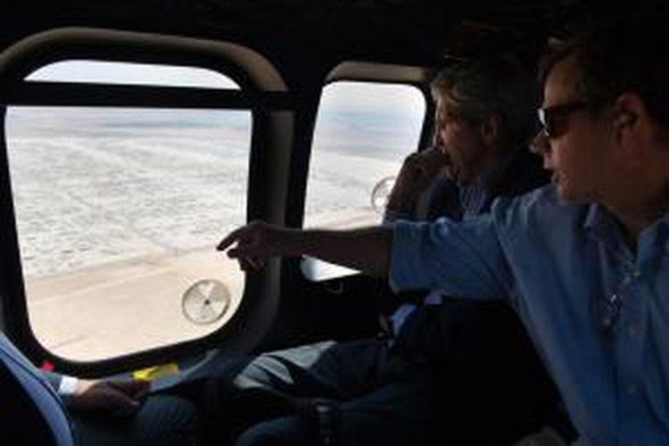Menlu AS John Kerry dan Duta Besar AS di Jordania Jordan Stuart Jones melihat ke arah kamp pengungsi Suriah Zaatari dari dalam helikopter. Kamp Zaatari kini dihuni 115.000 pengungsi Suriah yang membuat kamp ini menjadi