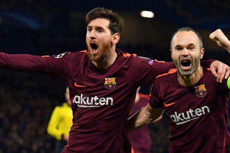 Megabintang FC Barcelona, Lionel Messi (kiri), merayakan golnya bersama Andres Iniesta dalam laga leg pertama babak 16 besar Liga Champions kontra Chelsea di Stadion Stamford Bridge, London, Inggris, pada 20 Februari 2018.