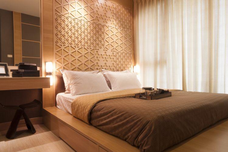 Ilustrasi kamar tidur dengan suasana nyaman seperti di hotel.