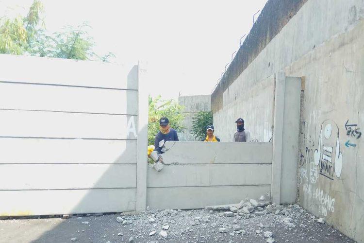 Pembongkaran tembok beton setinggi 3 meter untuk akses jalan SDN Tugu 2 Kota Tasikmalaya, usai pemilik lahan dan Pemkot Tasikmalaya sepakat sebidang tanah jalan itu dibeli pemerintah daerah, Selasa (7/9/2021).