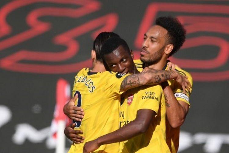 Edward Nketiah merayakan gol bersama Dani Ceballos dan Pierre-Emerick Aubameyang dalam laga Southampton vs Arsenal pada lanjutan Liga Inggris pekan ke-31 di St. Marys Stadium, Jumat (26/6/2020) dini hari WIB.
