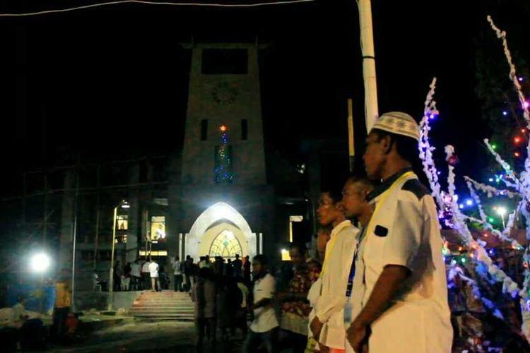 Foto :Remaja Masjid Al Hidayah Kampung Buton, Kelurahan Kota uneng, Kecamatan Alok, Kabupaten Sikka, NTT ikut mengamankan misa malam dan hari Natal di Gereja Katedral St. Yoseph Maumere, Rabu, (25/12/2019).