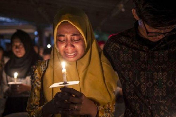 Muslim Indonesia berkumpul memperingati kematian para korban bom teroris di sejumlah gereja di Surabaya 13 Mei 2019 lalu.