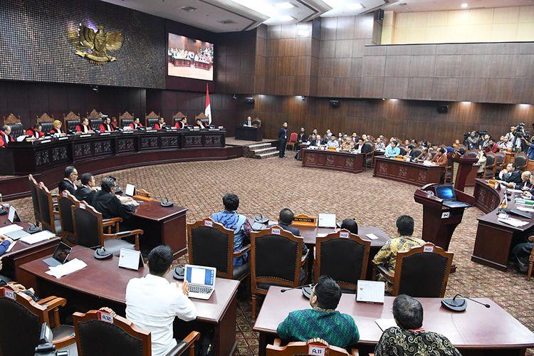 Suasana sidang lanjutan Perselisihan Hasil Pemilihan Umum (PHPU) Pilpres 2019 di Gedung Mahkamah Konstitusi, Jakarta, Selasa (18/6/2019). Sidang tersebut beragendakan mendengarkan jawaban termohon, pihak terkait dan Bawaslu.