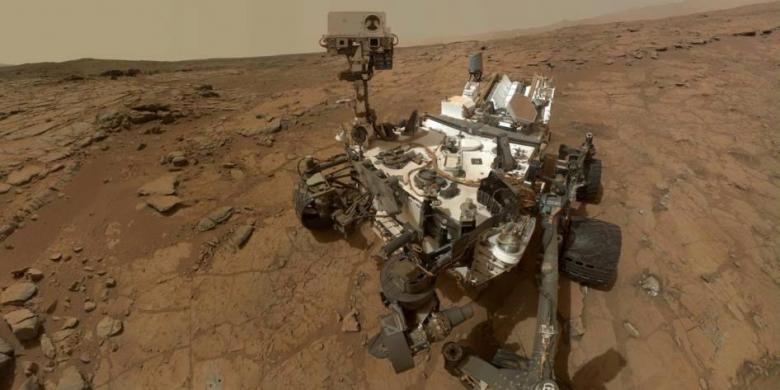 Potret diri robot Curiosity milik NASA, di singkapan datar yang disebut John Klein situs untuk kegiatan pengeboran batu di Planet Mars, 3 februari 2013. Foto direkam kamera Mars Hand Lens Imager yang terpasang di lengan robot.