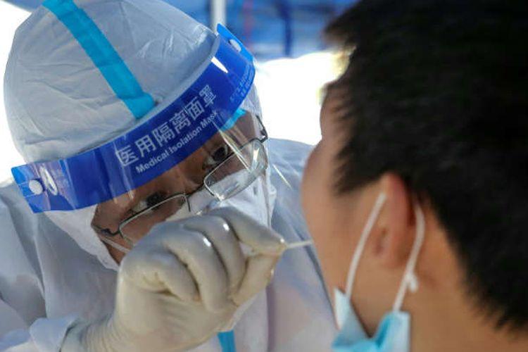 China melarang penduduknya meninggalkan rumah, dan mengadakan tes massal dalam upaya memerangi wabah virus corona terbesar yang terjadi dalam beberapa bulan terakhir ini.
