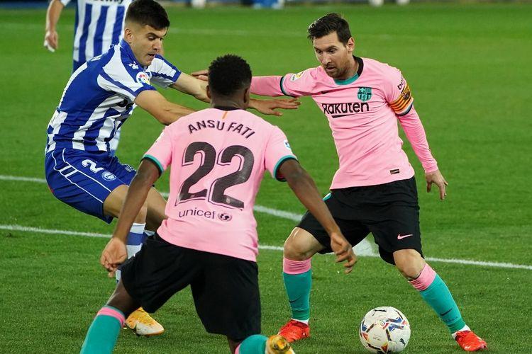 Lionel Messi (kanan) dibayagi Martin Aguirregabiria (kiri) pada laga lanjutan pekan kedelapan antara Deportivo Alaves dan Barcelona di Stadion Mendizorroza, Sabtu (31/10/2020) atau Minggu dini hari WIB.