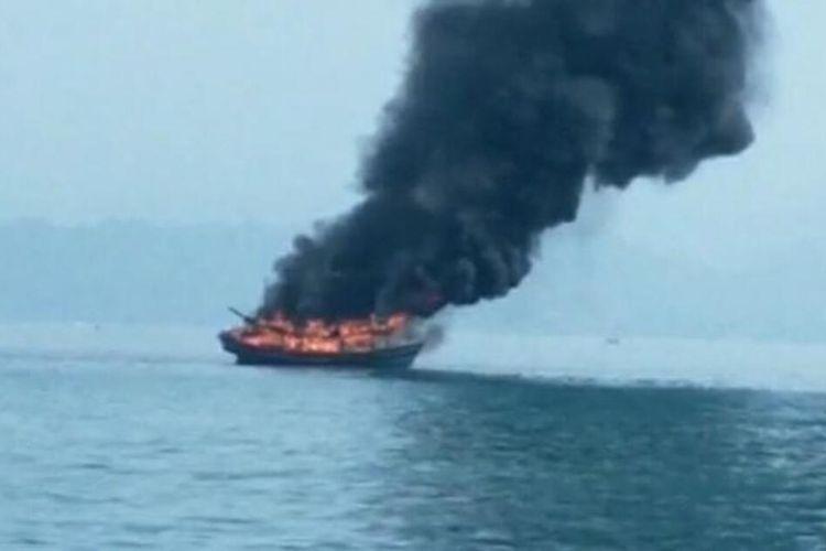 KM Sekar Tanjung 1 yang dibakar warga di Perairan Tanggamus.