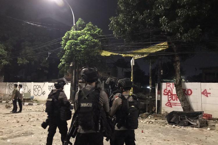 Anggota kepolisian berjaga di Jalan Pasar Minggu Raya tepatnya di sekitar Jalan Pancoran Buntu II, Pancoran, Jakarta Selatan pada Kamis (18/3/2021) dini hari.
