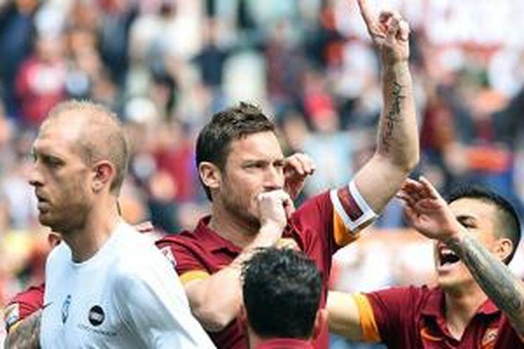 Francesco Totti merayakan keberhasilan mencetak gol ke gawang Atalanta, Minggu (19/4/2015).