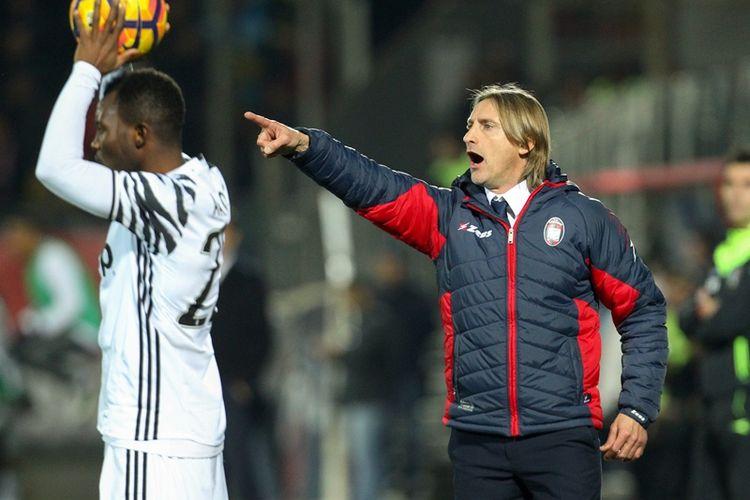 Reaksi pelatih Crotone, Davide Nicola (kanan), ketika memimpin timnya melawan Juventus dalam pertandingan Serie A di Stadion Ezio Scida pada 8 Februari 2017.