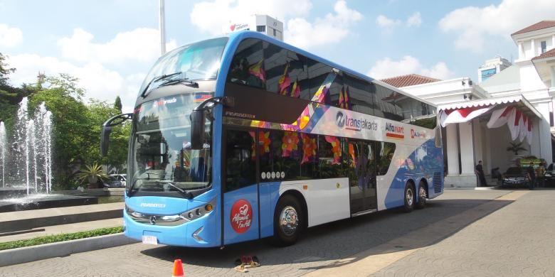 Bus tingkat sumbangan PT Sumber Alfaria Trijaya kepada Pemerintah Provinsi DKI Jakarta. Bus tingkat merek Mercedes Benz ini rencananya akan digunakan untuk kegiatan pariwisata. Gambar diambil di Balai Kota DKI Jakarta, Jumat (26/6/2015)