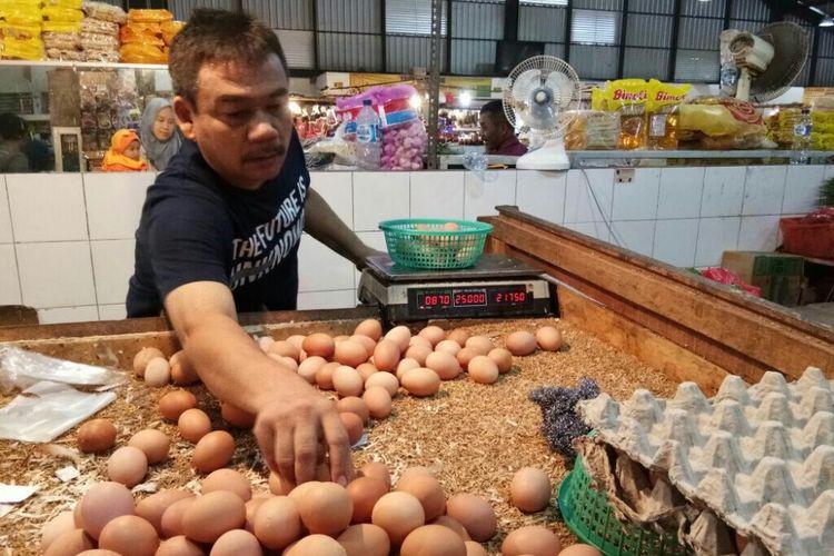 Penjual telur ayam sedang menjajakan dagangannya di Pasar Sukatani Deppen, Depok.