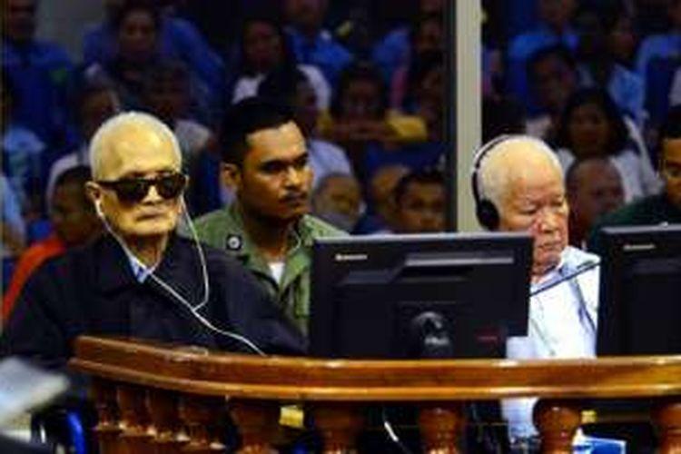 Nuon Chea (kiri) dan Khieu Samphan (kanan) dalam persidangan di Kamboja, Rabu (23/11/2016)