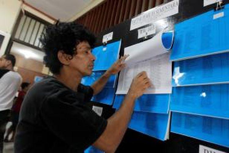 Ilustrasi Warga melihat daftar pemilih sementara (DPS) di Kantor Kelurahan Kebon Kacang, Tanah Abang, Kamis (19/4/2012).