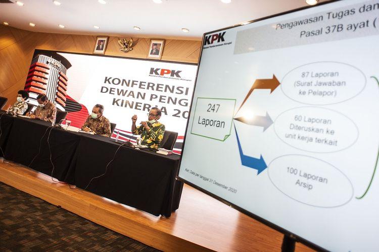 Anggota Dewan Pengawas KPK Artidjo Alkostar (kanan) didampingi Ketua Dewan Pengawas Tumpak Hatorangan (kedua kiri), angggota Dewan Pengawas Albertina Ho (kiri) dan Syamsuddin Haris (kedua kanan) menyampaikan pemaparan dalam konferensi pers kinerja Dewan Pengawas KPK tahun 2020 di Gedung KPK C1, Jakarta, Kamis (7/1/2021). Dewan Pengawas KPK sepanjang 2020 telah menerima dan menindaklanjuti 247 surat pengaduan masyarakat atas pelaksanaan tugas dan wewenang KPK. ANTARA FOTO/Aprillio Akbar/aww.